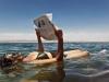 Flotando en las aguas del Mar Muerto... aunque para leer el periódico, cómo no es