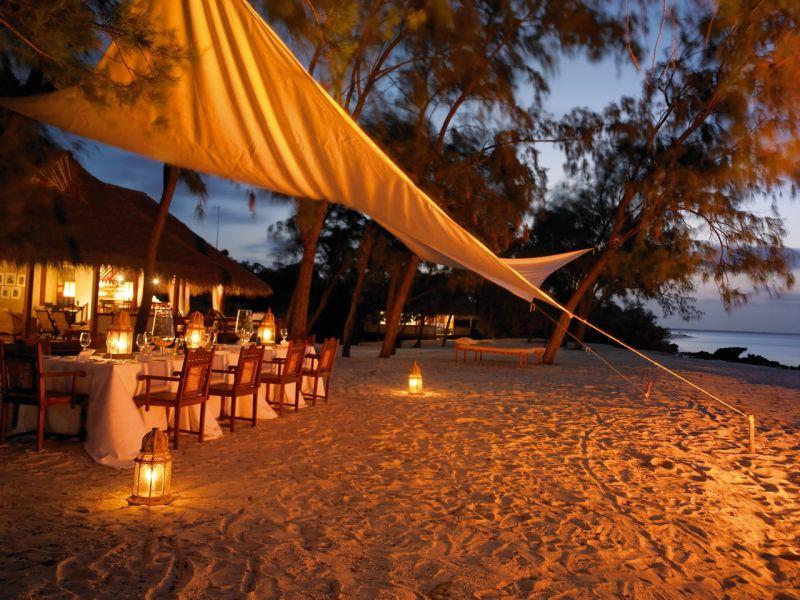 Cena lista en la playa de Vamizi Private Island