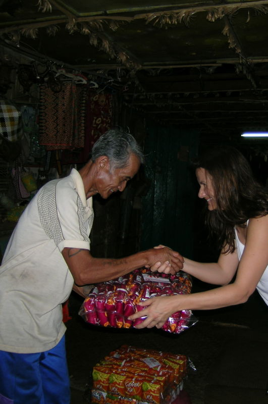 Una servidora haciendo entrega de las chuches