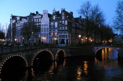 Vista nocturna de los canales de Ámsterdam