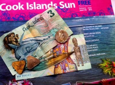 Y atención también a sus dólares, con billetes adornados por vahines a lomos de un tiburón o con la estampa de Tangaroa, el dios del mar y pene descomunal. Como estado asociado libremente a Nueva Zelanda usan indistintamente sus dólares o las de las Cook, y por supuesto se mueven como pez en el agua tanto en inglés como en maorí.