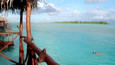 Bungalós sobre la laguna de Aitutaki, uno de los lujos de este archipiélago en el que también abundan los bed&breakfast, unos chalets de alquiler de lo más informal en los que instalarse como en casa a paladear de este escondite del reverso del planeta, y hasta los albergues para mochileros.