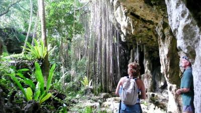 Atiu, la tercera islita más visitada, un universo si cabe más rural horadado por increíbles cuevas.