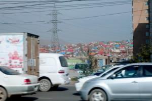 Tráfico caótico, centrales térmicas y favelas de gers conviven en Ulan Bator con los rascacielos y los nuevos ricos del mundo globalizado.