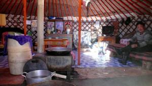 Hospitalidad nómada en el interior de una yurta.