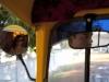 Juego de espejos en un autorickshaw en la India