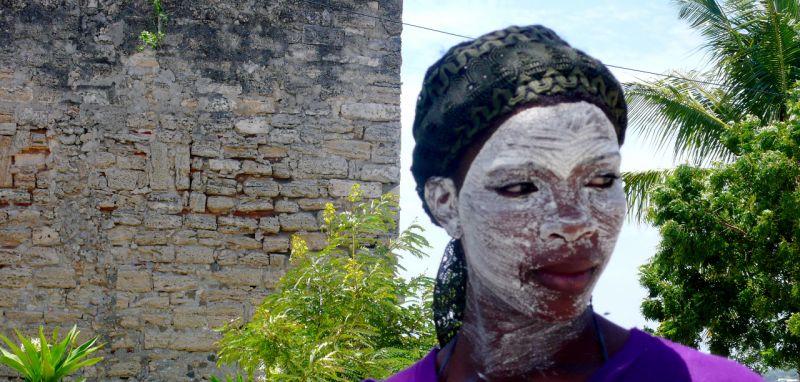 Las mujeres se embadurnan la cara con mussiro, una pasta extraída de un árbol, para protegerse del sol y estar más guapas si cabe.