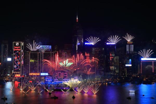 Fuegos artificiales en la noche de Hong Kong