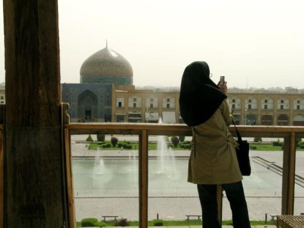 Atuendo habitual de muchas jóvenes iraníes.
