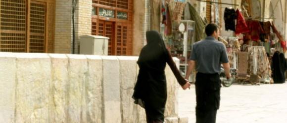 Pareja iraní de la mano por las calles de Isfahan