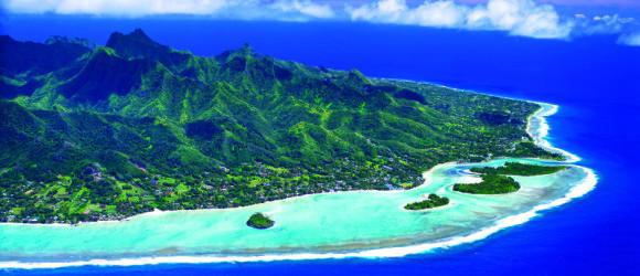 Vista aérea de Rarotonga, la principal de las Cook, con su laguna de Muri.