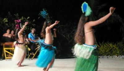 Fuera de Rarotonga, que a pesar de no haber perdido su atmósfera de antaño es la más visitada de las Cook, los espectáculos de danza y percusión no tienen el tufillo a precocinado de este tipo de shows por otras latitudes más trilladas por el turismo. En escondites como Aitutaki o Atiu se dirían familias que por las noches se acercan a su puñado de hoteles para entretener a sus visitantes mostrando su folclore sobre la arena y bajo los increíbles cielos del Hemisferio Sur.