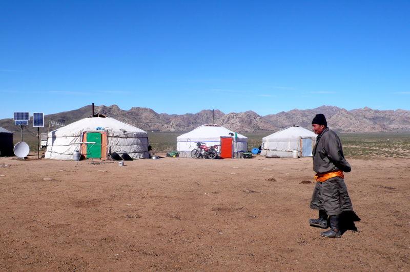 La globalización también ha llegado a las estepas. Muchos de sus nómadas viajan en moto además de a caballo, y sus gers pueden lucir tele y placa solar.