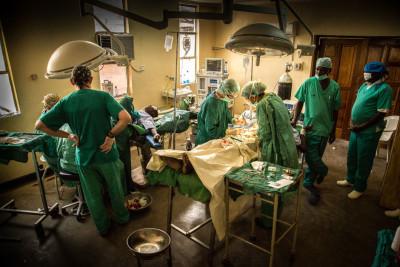Operación en el hospital de Lodwar, proyecto quirúrgico Turkana (Kenia)