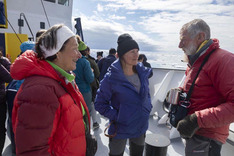 Con Ursi y Erick celebrando en cubierta el cruce del Círculo Polar Antártico (@luisdavilla)